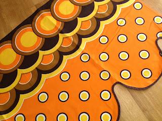 gardinkappa retro tyg orange gul brun cirklar prickar 60-tal 70-tal