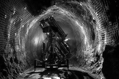 Mesin_dalam_terowongan_tambang