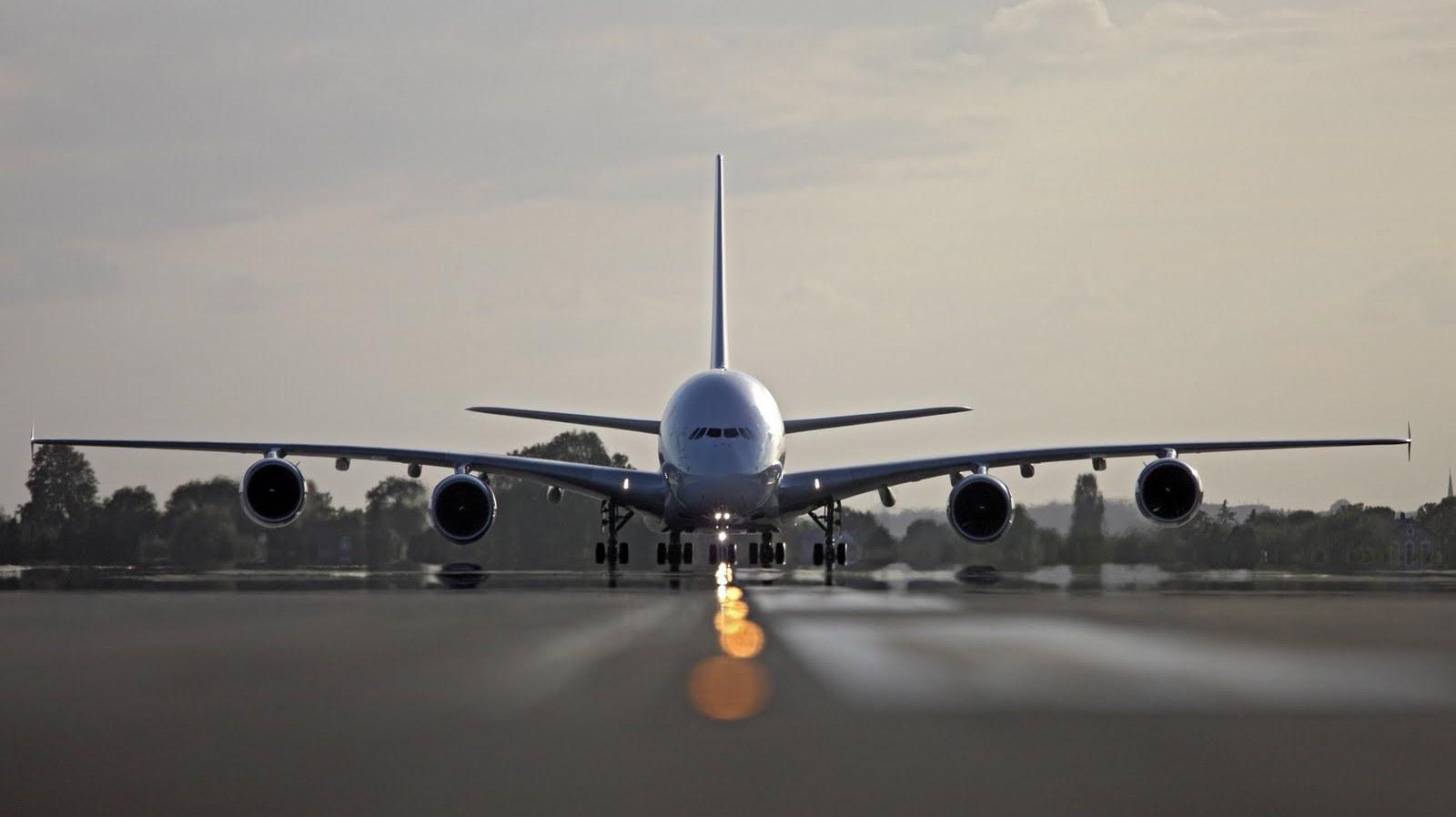 http://2.bp.blogspot.com/-VKyBI7U1XkQ/T7Sixo8l6NI/AAAAAAAAAro/6n9gUv5d8wU/s1600/air-france-airbus-a380-on-runway.JPG