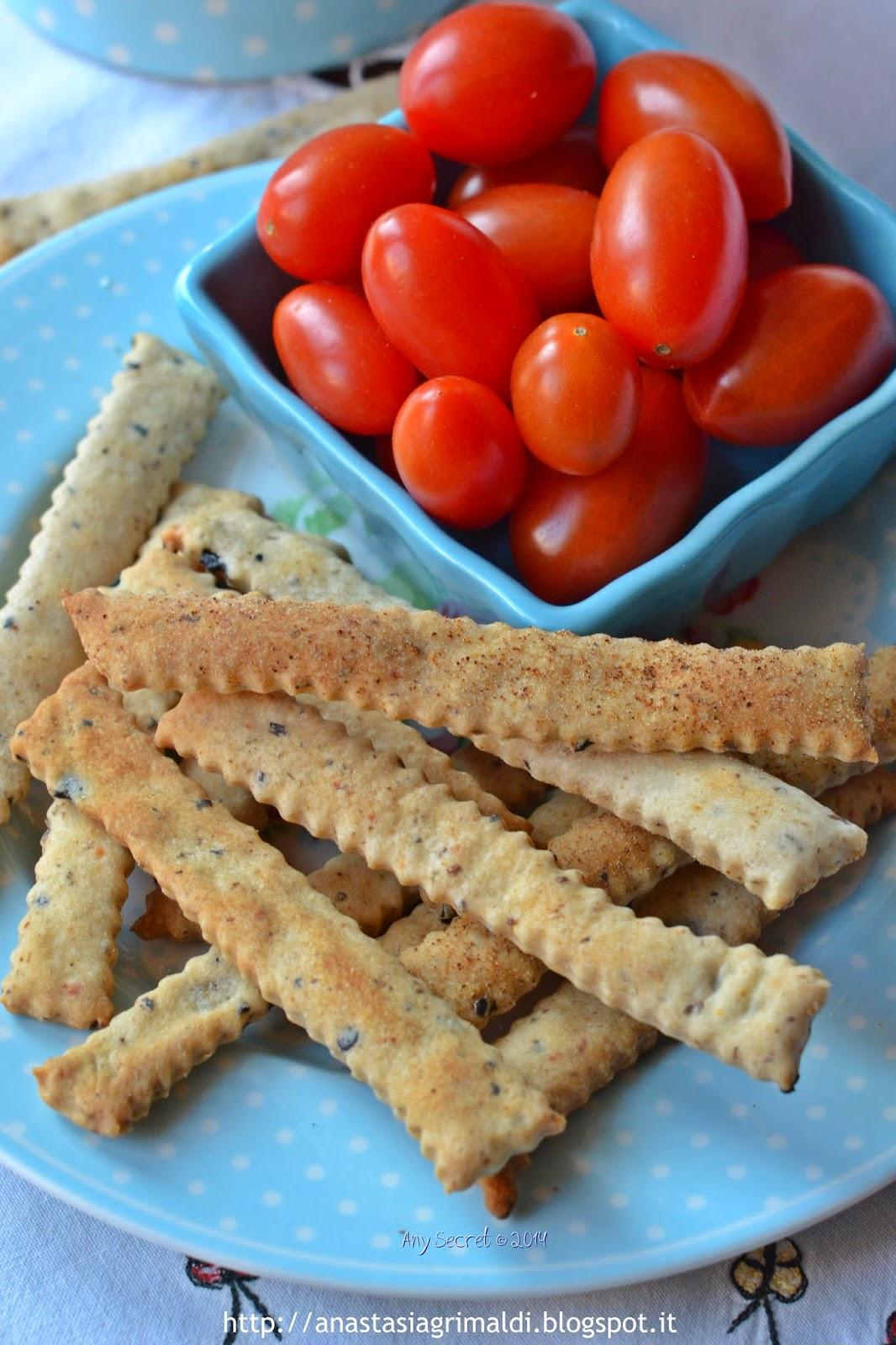 stuzzichini con feta ed olive nere con esuberi di pasta madre