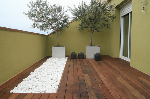 Decoraci n minimalista y contempor nea decoraci n de for Pisos para patios interiores