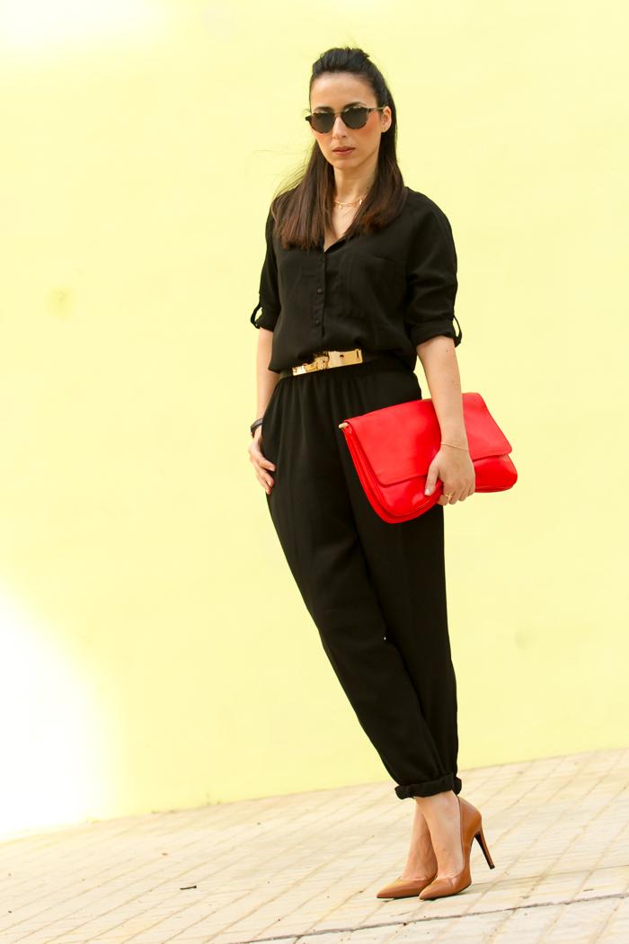 Blogger de moda valenciana con mono casual y detalles en dorado estilo urbano chic femenino