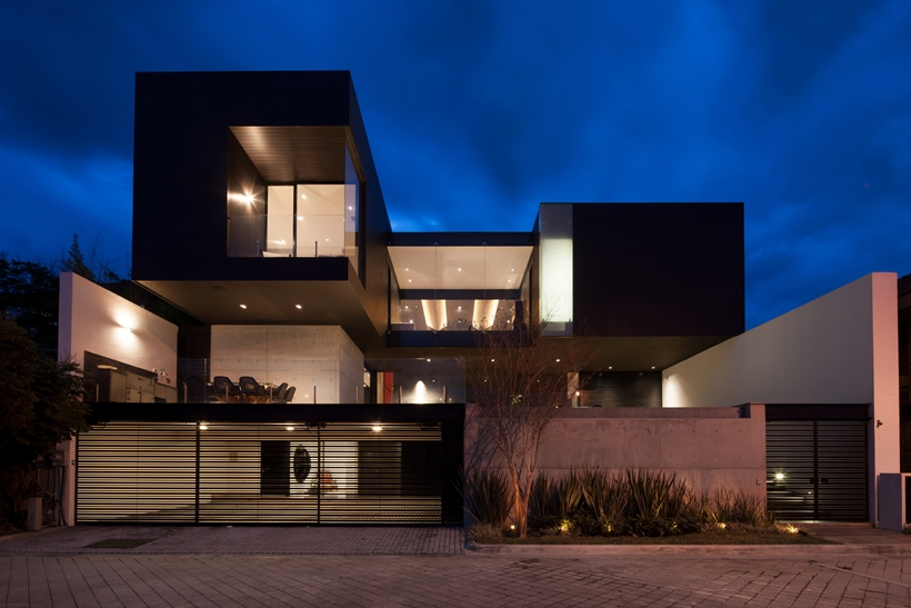 Dominant modern mansion by GLR Arquitectos at night