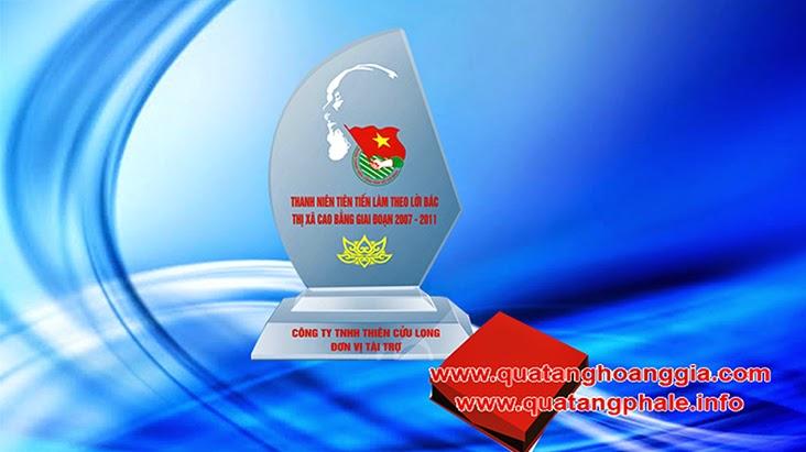 Kỷ niệm chương bằng chất liệu pha lê hình cánh buồm biểu trưng pha lê mang đến sự man mắn với việc làm kỷ niệm chương