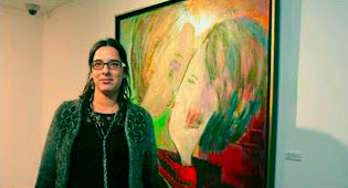 Imagen de la artista delante d eun cuadro suyo