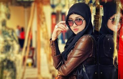 hijab memakai Jaket kulit atau parasit