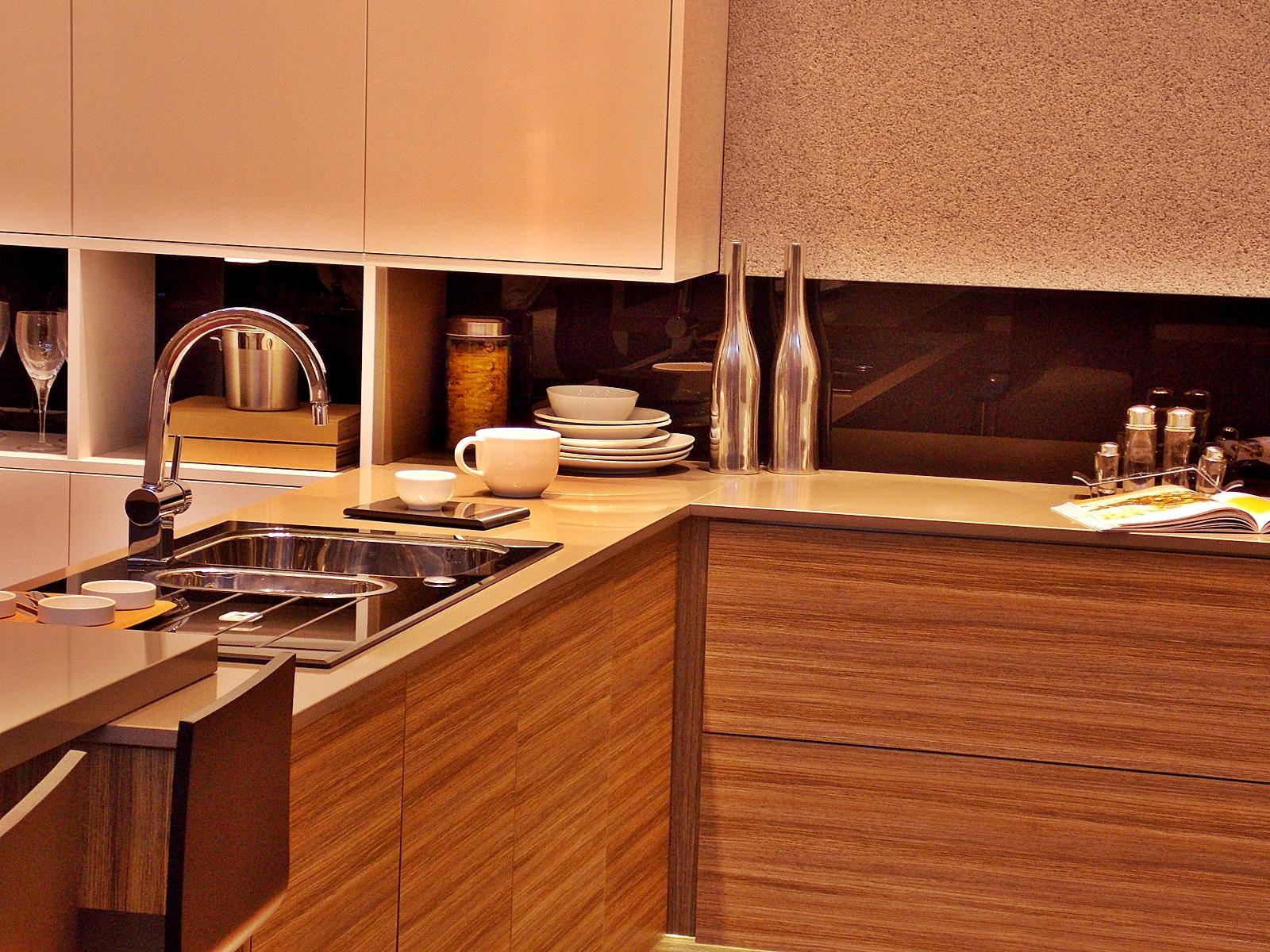 Cozinha Conceito também tinha acabamento novo e uma composição de  #C7A304 1600 1200