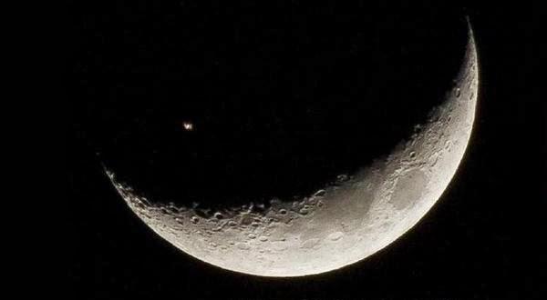 ISS Terlihat Saat Melintasi Bulan Sabit Terekam Kamera