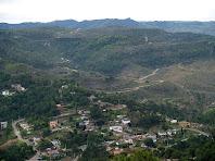 La Urbanització Masia del Solà i al fons el Castell de Granera vist des del Serrat del Llogari