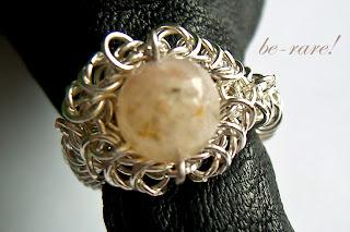 pierścionek chainmaille kwarc z fantomem widok z góry