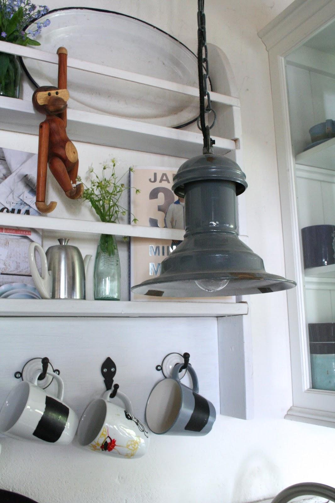 Reetselig: Ein Tellerregal - Marke Eigenbau - in der Küche