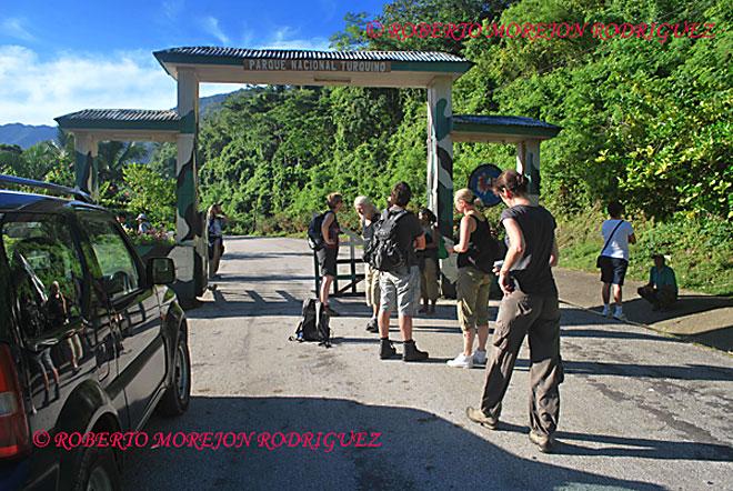 Turistas en la  base de Santo Domingo en la Sierra Maestra en la provincia Granma, camino al Pico Turquino