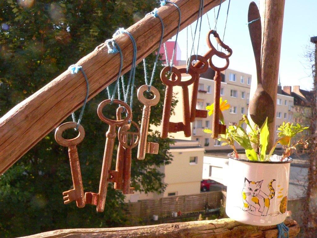 Herbst Altweibersommer Balkon Balkonien sonnig Blumen Blüten  Windspiel Schlüssel rostig