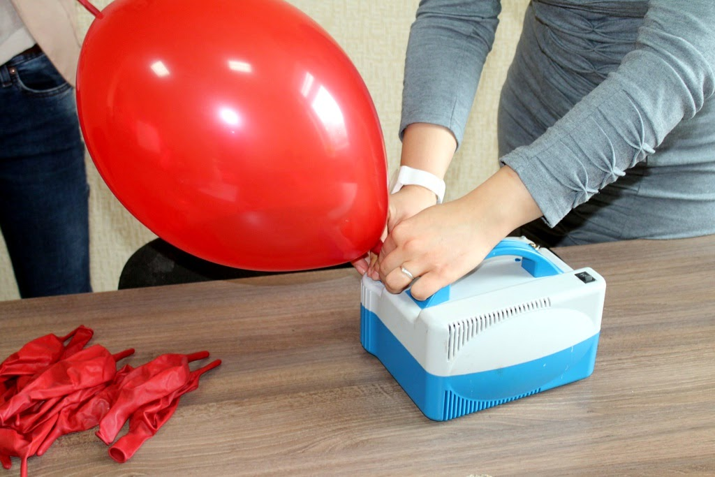 надувание воздушных шаров воздухом