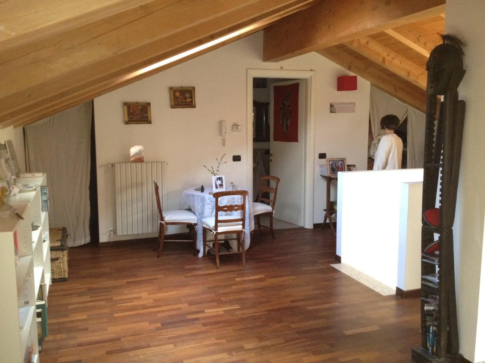 ... la nostra bella casa a Peschiera Borromeo: Mansarda con travi a vista