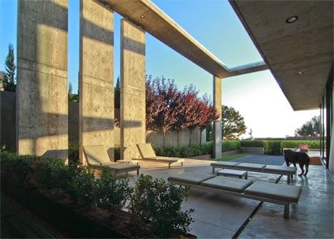 rumah dengan desain yang konkrit dan mengambang diatas