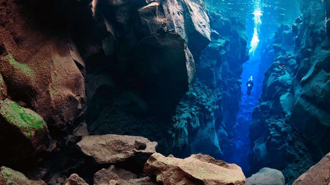 Diver in the Silfra, Thingvellir Lake, Thingvellir National Park, Iceland (© Wild Wonders of Europe/Lundgren/Corbis) 142