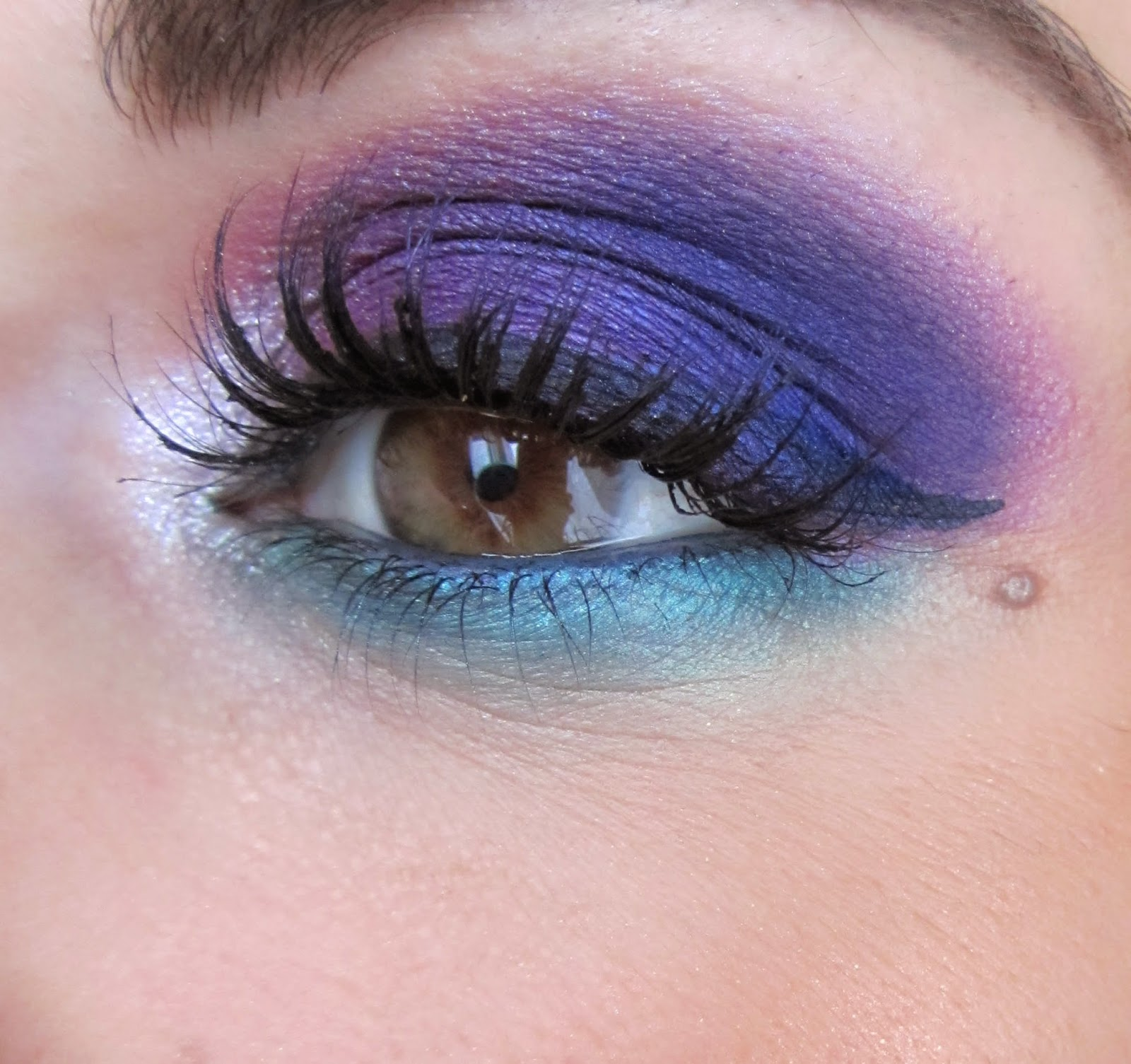 http://chroniquedunemakeupaddict.blogspot.com/2014/06/makeup-eletric-avec-urban-decay.html