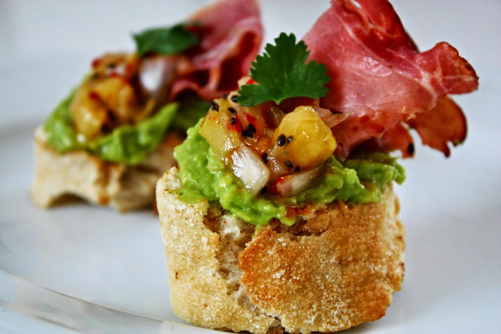 Crostini mit Avocado Creme Bacon und Kiwi Salsa