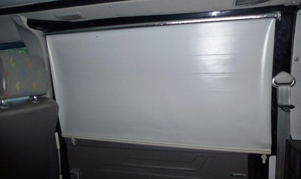 je trekt het gordijn hier dus omhoog door de ronding van de bus heb ik het gordijn aan de bovenkant smaller gemaakt ofwel de ronding in het gordijn
