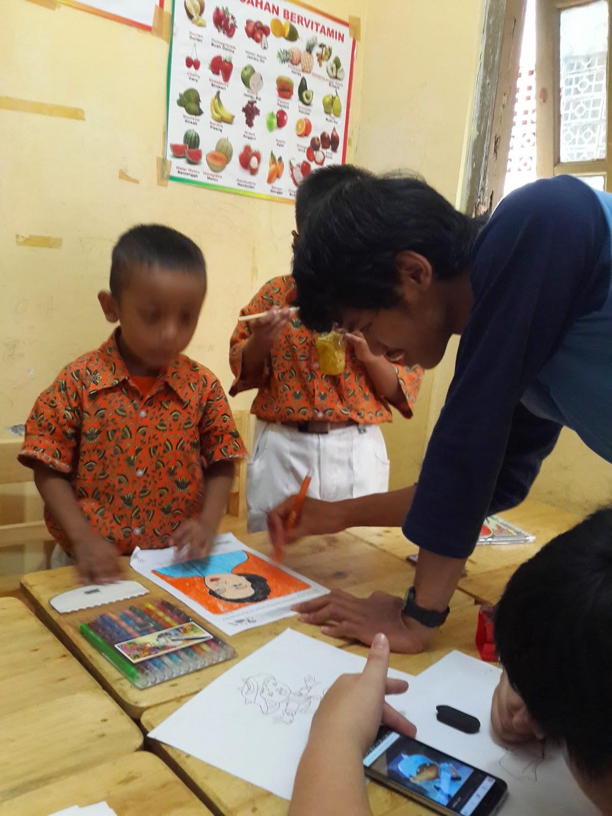 Disini anak anak diberitahukan bahwa hari ini kita akan mewarnai gambar ibu R A Kartini mereka terlihat sangat antusias sekali