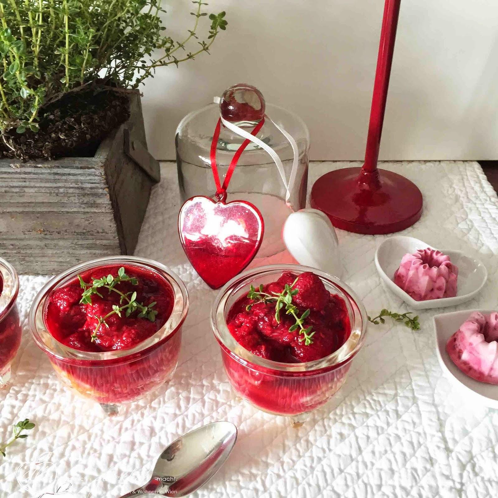 Luftiger Topfenauflauf im Glas mit Zitronenthymian-Himbeersauce