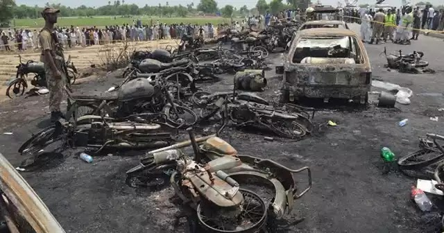 Βίντεο - σοκ: 123 άνθρωποι κάηκαν ζωντανοί από ανατροπή βυτιοφόρου στο Πακιστάν.