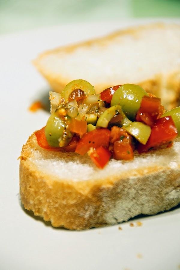 Bruschetta mit Tomaten und Oliven Rezept