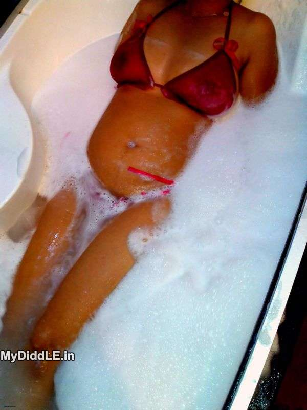 Hot Gujju Surat girl / Bhabhi in Wet Bikini in Tub indianudesi.com