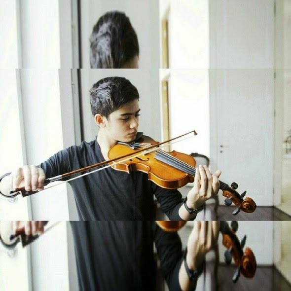 Foto Keren Aliando Syarief bermain biola