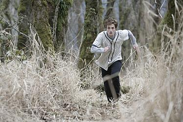 Robert Pattinson as Edward Cullen running through the forest in Twilight 2008 movieloversreviews.blogspot.com