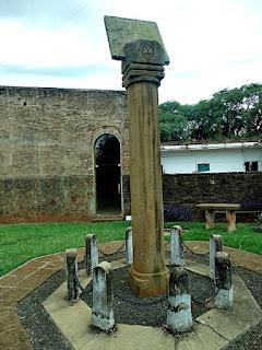 Coluna que sustenta o relógio de sol jesuíta na redução de La Cruz.