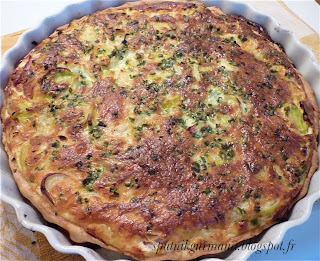 Тарт с луком-пореем и колбасой