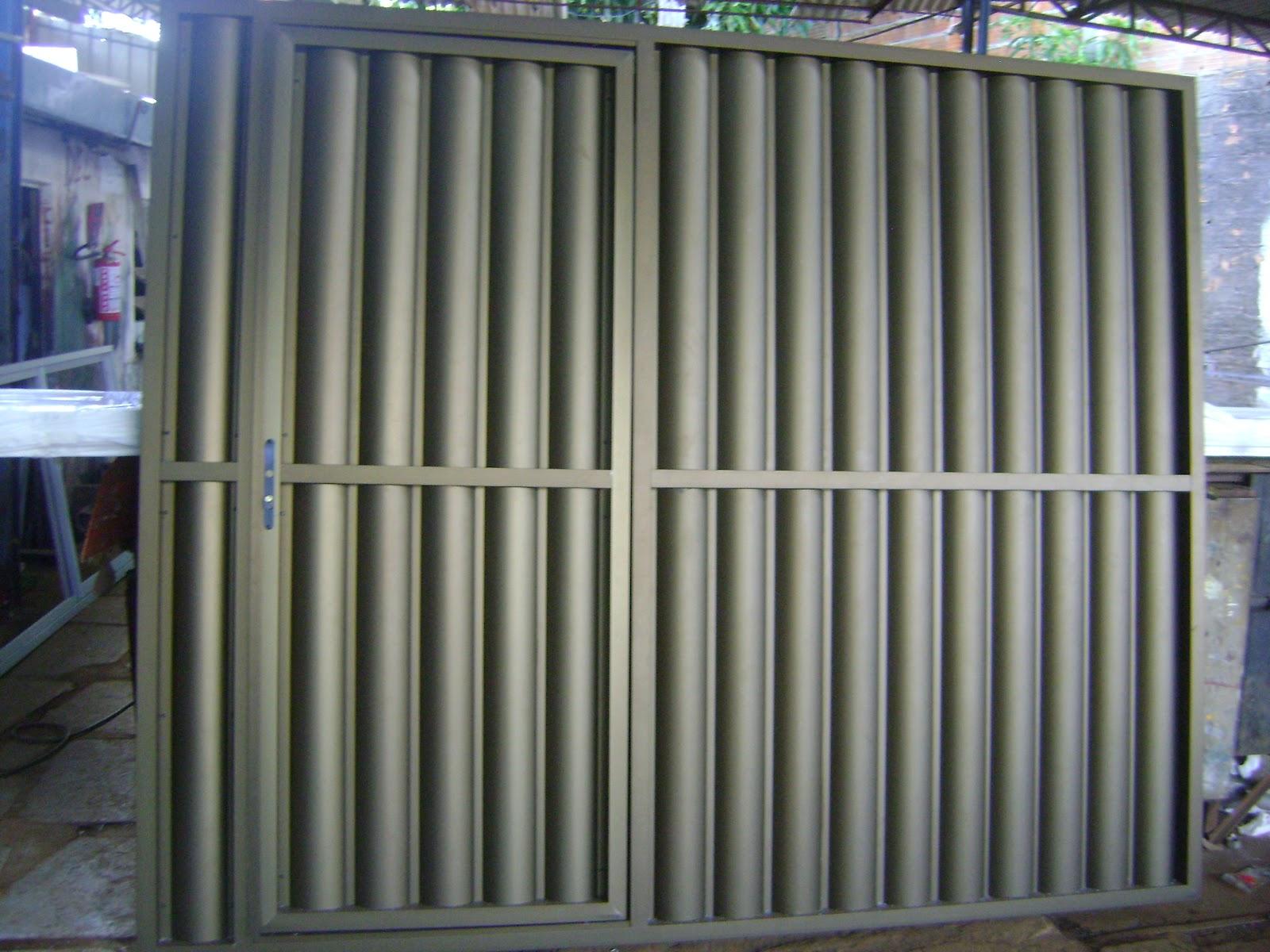 #486183  : Portão de alumínio bùzios na cor bronze com social embutido 1696 Janela De Aluminio Na Cor Bronze
