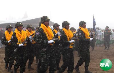 DKBA ကလို႔ထူးေဘာ တပ္ဖြဲ႔ဝင္တခ်ဳိ႔ စစ္ေရးျပေနစဥ္ Photo: Kyaw Lwin Oo/RFA