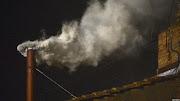 La señal que todos los católicos esperaban: el humo blanco de la chimenea de . el nuevo papa es el argentino jorge bergoglio