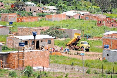 Edificações irregulares são removidas em São Sebastião