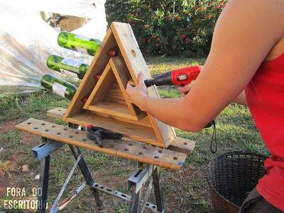 desde de brasil nos ensea paso a paso la construccin de un botellero de madera de palets con forma triangular y muy atractivo para