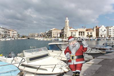 Le Père Noël se promène sur les quais de Sète