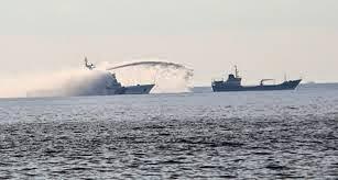 Tàu TRung Quốc ngang ngược dùng vòi rồng phun vào tàu Việt Nam