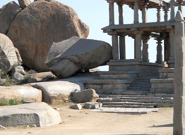 Камень упал на древнюю постройку в Хампи
