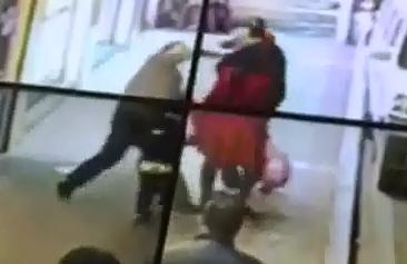 Apuñala al Azar a Personas en la Calle
