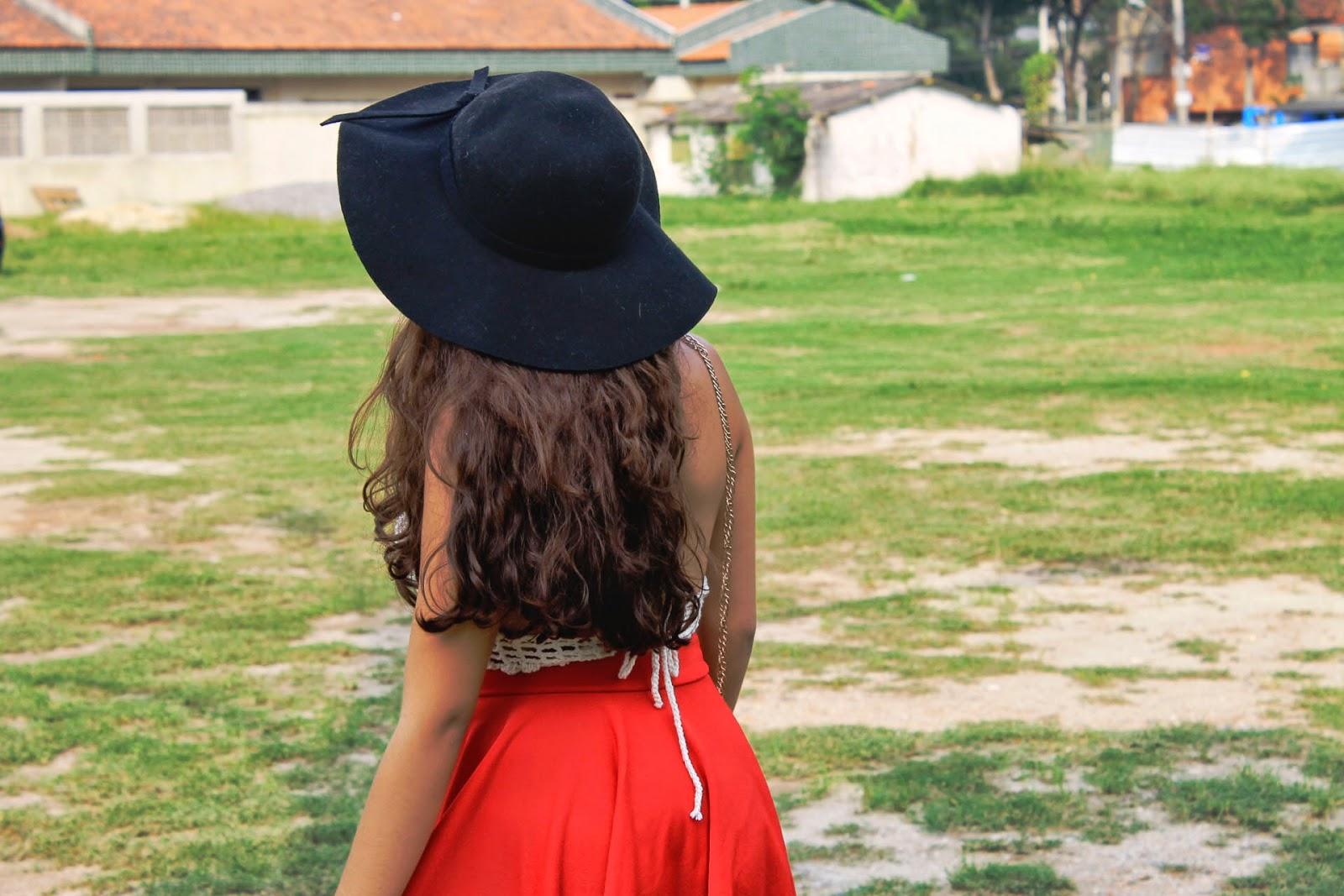 Look cropped de crochê, look saia vermelha, look romântico, look vermelho, chapéu floppy, oasap