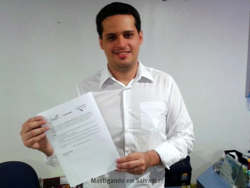 Marcelo Pinto, com o voucher do Jardim Bistrô & Creperia