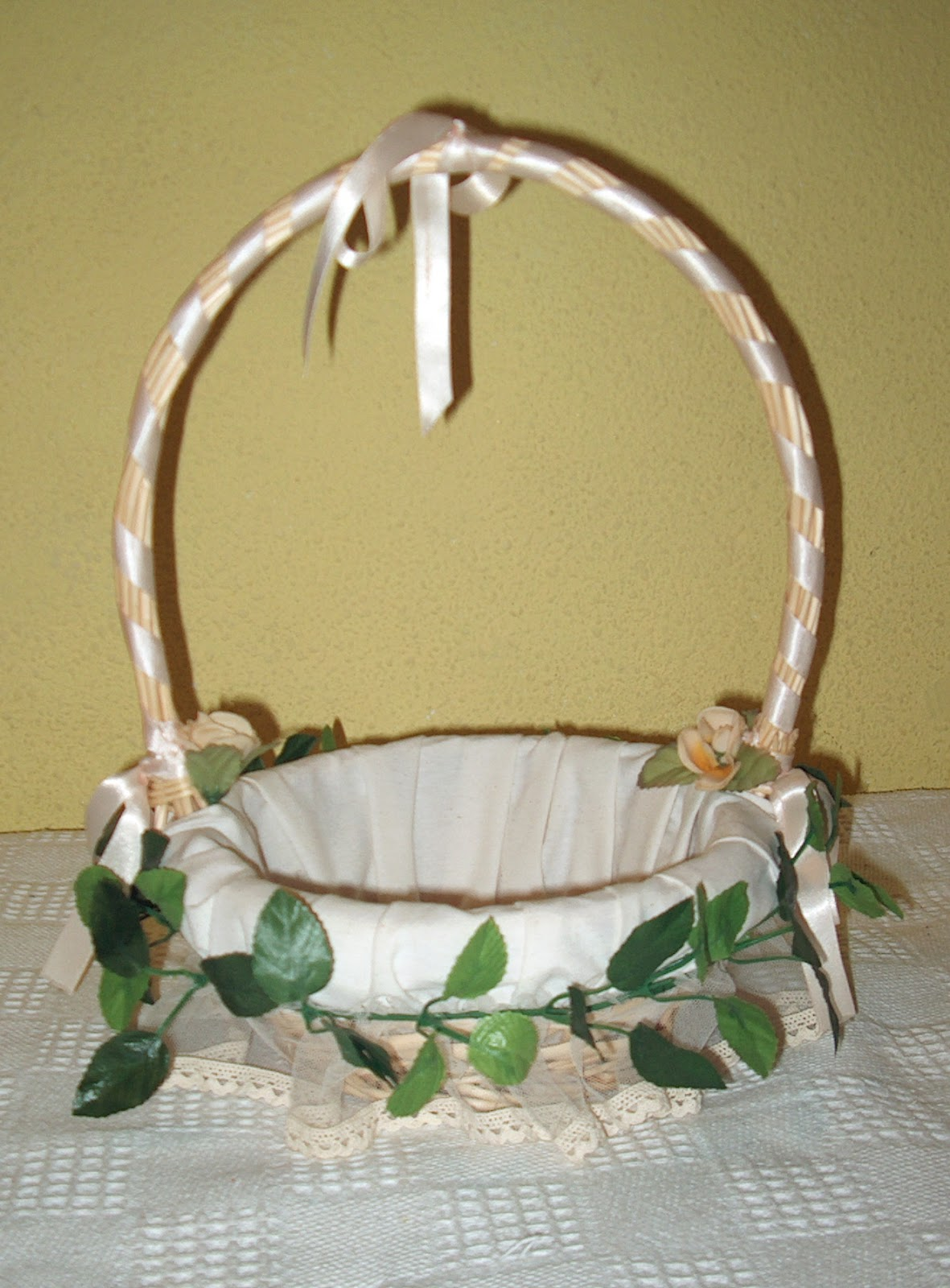 Canastas de mimbre decoradas para boda imagui - Como adornar cestas de mimbre ...