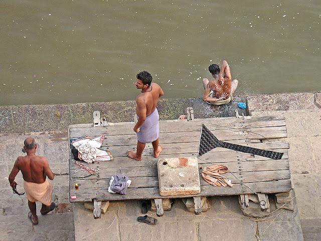 Indiens qui se lavent dans le Gange