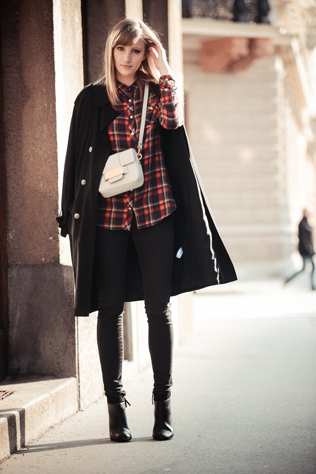 tartan shirt, white hm bag metal plate, extra long black trench coat, bershka booties, style blogge, fashion blog blogger, outfit