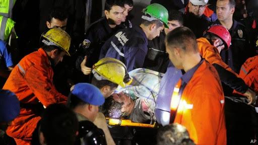 На месте происшествия продолжаются спасательные работы