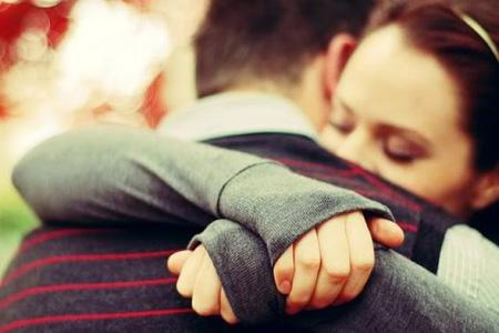 فوائد الحضن والعناق الزوجى طبيا - رجل يحضن زوجته حبيبته - man hugging a woman