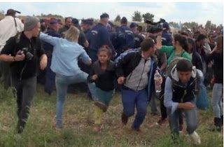 Periodista que pateó a refugiados, no pide perdon segun..